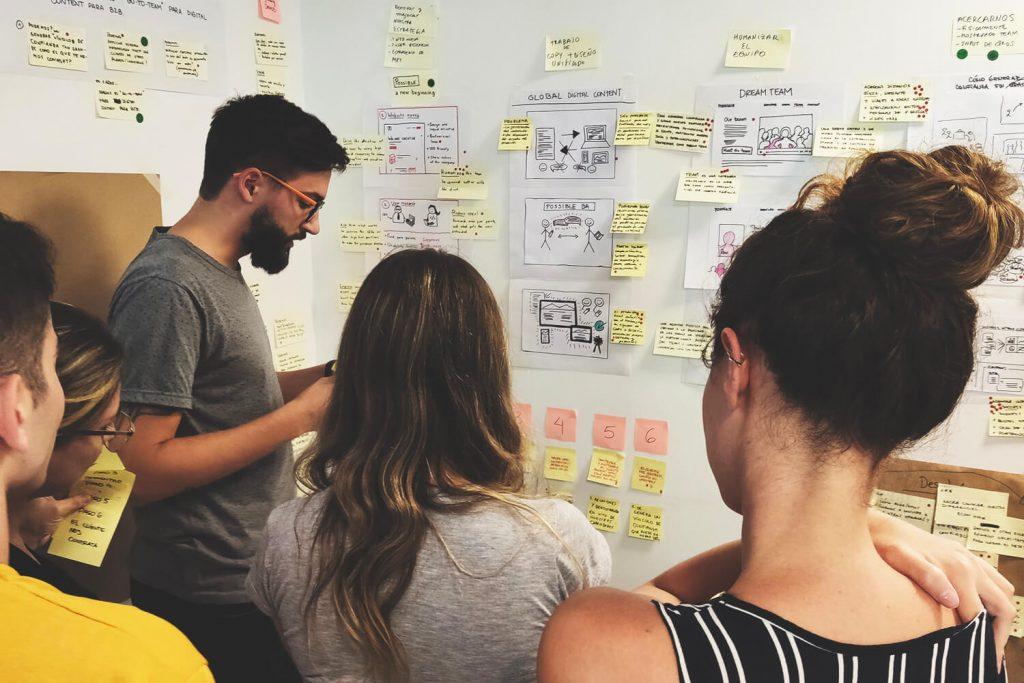 Equipo compartiendo sus conceptos de Design Sprint
